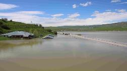 İki Baraj Arasında Kalan Köydeki Evler, Sular Altında