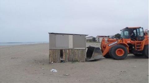 Karasu Sahilinde İnşa Edilen Kaçak Yapılar Yıkıldı