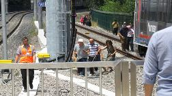 Marmaray Arıza Yaptı; Vatandaşlar Raylarda Yürüdü