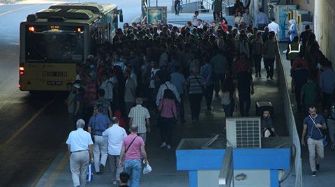 İstanbul'da Metrobüs Duraklarında Yoğunluk Yaşanıyor