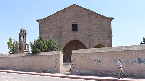 Tarihi Kilisenin Duvarları Tahrip Edildi