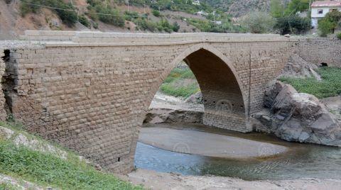 Sular Çekilince Tarihi Köprü Ortaya Çıktı