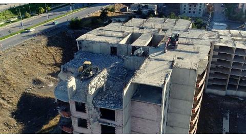 Ruhsat ve Projesi Olmayan Binalar Yıkılıyor