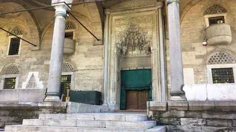 Tarihi Caminin Avlu Girişi Restore Edilmeyi Bekliyor