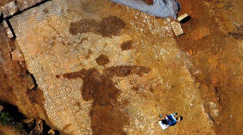 Kaçak Kazıda Bulunan Mozaik Gün Işığına Çıkarılıyor