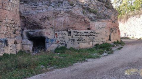 2 Bin Yıllık Surlara, Sprey Boya ile Yazı Yazdılar