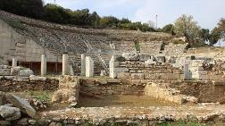 Metropolis Antik Kenti'nde Hamam ve Kulis Yapıları Ortaya Çıkarıldı