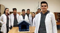 Öğrencilerden Sokak Hayvanlarını Sıcak Tutacak Özel Kulübe