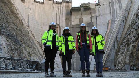 """Türkiye'nin En Yüksek Baraj İnşaatına """"Kadın Eli"""""""