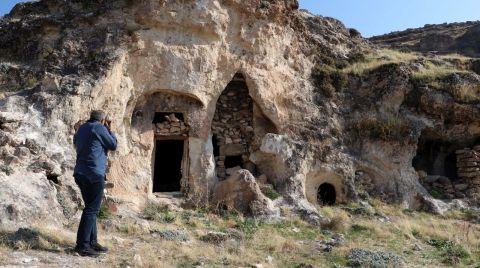 Diyarbakır'da Kaya Mezarında Süryanice Kitabe Bulundu