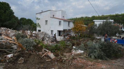İzmir'de Ormanlık Alana İnşa Edilen 7 Ev Yıkıldı