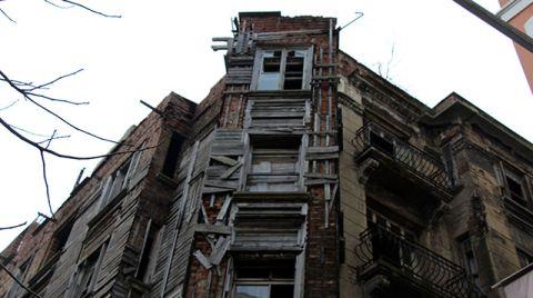 Beyoğlu'ndaki Tarihi Apartman Tehlike Saçıyor