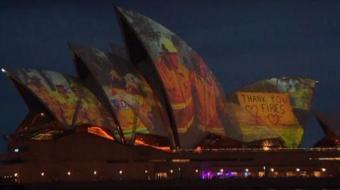 Sidney Opera Binası İtfaiyeciler için Aydınlatıldı
