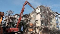 Avcılar'da, Hasarlı Binanın Yıkımı Gerçekleştirildi
