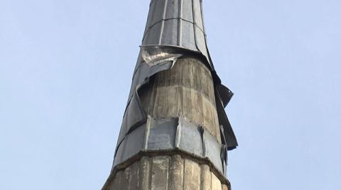 Cami Minaresinin Kurşun Kaplamaları Rüzgardan Söküldü