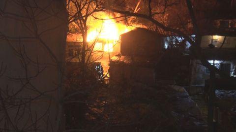 Şişli'de 2 Katlı Ahşap Bina Yandı