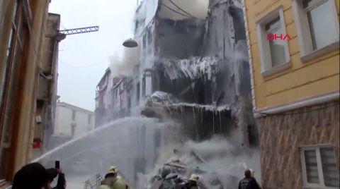 Kumkapı'da Metruk Bina Yandı