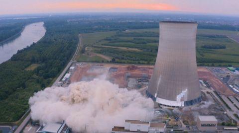 Nükleer Santralin Soğutma Bacaları Patlatılarak Yıkıldı