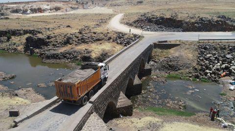 Geçiş Yasağına Rağmen Tarihi Köprüyü Tahrip Ettiler