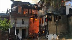 Antalya'da Tarihi Ahşap Bina Yandı