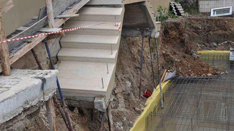 İzmir'de Sağanak Sonrası 2 Apartmanın Girişi Çöktü