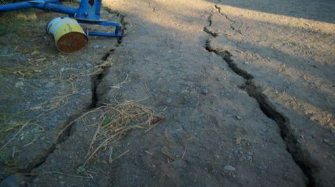 Depremden Sonra Malatya'da Derin Yarıklar Oluştu