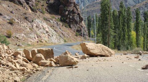Kaya Parçaları, Yolu Ulaşıma Kapattı