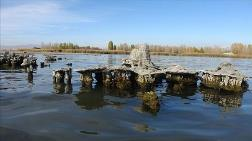 Van Gölü'nün Çekilmesiyle Su Altındaki Yapılar Ortaya Çıktı