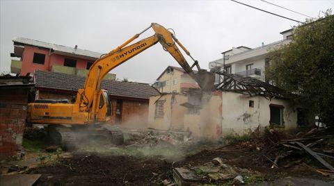 Marmara Depremi'nin Merkezindeki Hasarlı Binalar Yıkılıyor
