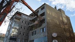 27 Yıldır Eğik Duran Bina Yıkıldı