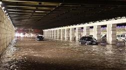 """İzmir'i Sel Vurdu; """"Evden Çıkmayın"""" Uyarısı"""