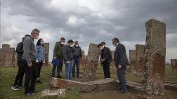 Ahlat'taki 100 Mezar Taşı Daha Ayağa Kaldırılacak