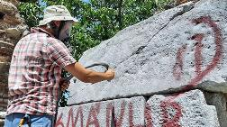 Surlardaki Yazılar 'Kumlama' Yöntemiyle Temizleniyor
