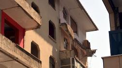 Avcılar'da Boşaltılan Binanın Balkonu Çöktü