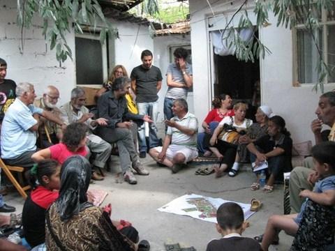 Mahallede gerçekleştirilen toplantılardan bir kare