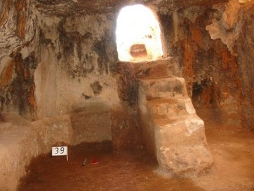 Nekropolde bulunan oda tipi mezarlardan biri...