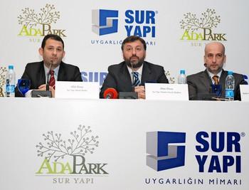Ufuk Elmas (Sur Yapı Genel Müdürü ve Yönetim Kurulu Üyesi), Altan Elmas (Sur Yapı Yönetim Kurulu Başkanı), Yaşar Aydın (Aydın Örme Gurubu Yönetim Kurulu Başkanı)