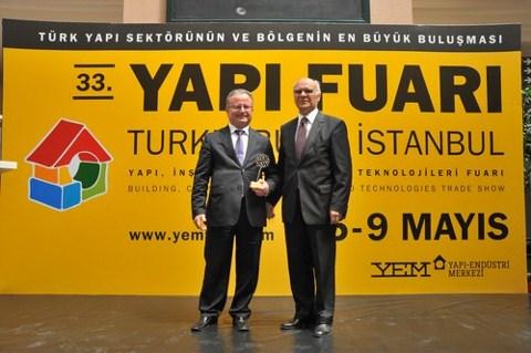 Hüseyin Orhan (solda) Doğan Hasol'dan ödülü alırken