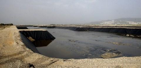 Tesise giren atık su, satrüfüjlenerek yüzde 65 sulu çamur haline getirilip 400X50X2,5 m boyutlarındaki havuzlarda depolanıyor.